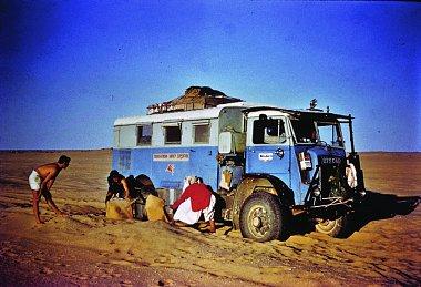 Click image for larger version  Name:Africa article - sahara bogged (Toureg helping) I 'supervise'!.jpg Views:19 Size:355.7 KB ID:344010