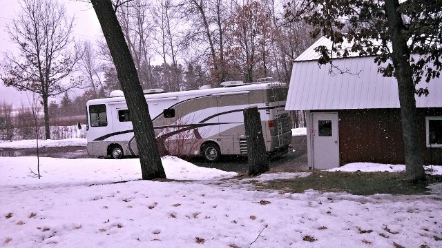 Click image for larger version  Name:March 31 snowing on the RV in the driveway.jpg Views:40 Size:86.1 KB ID:36392