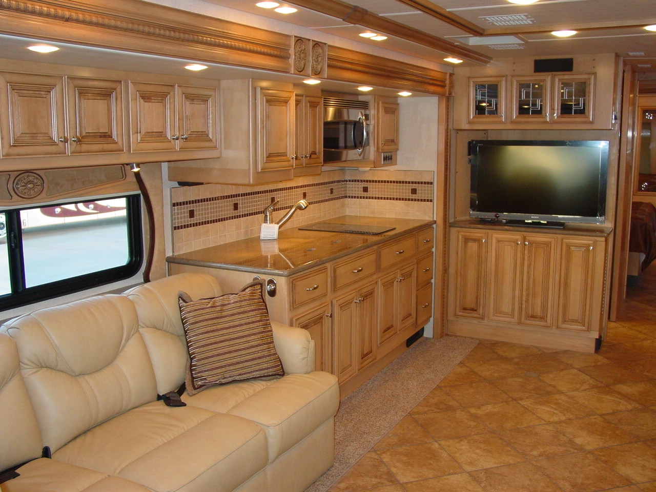 Click image for larger version  Name:M10 - Doorside livingroom and galley.JPG Views:38 Size:318.4 KB ID:37486