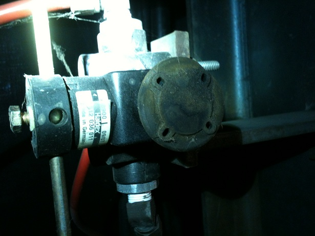 Click image for larger version  Name:Air Bag valve1.jpg Views:197 Size:75.8 KB ID:44049