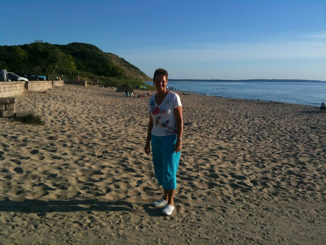 Click image for larger version  Name:Shelley on Beach at Empire, Indigo Bluffs, 1.JPG Views:59 Size:114.5 KB ID:5016