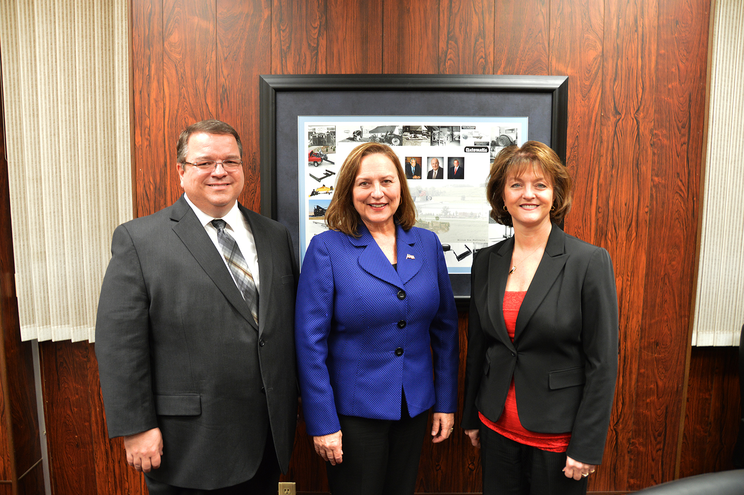 Click image for larger version  Name:Blue Ox Vice President Raymond Padgett_Senator Deb Fischer_Blue Ox Executive Vice President Elle.JPG Views:275 Size:1.44 MB ID:51292