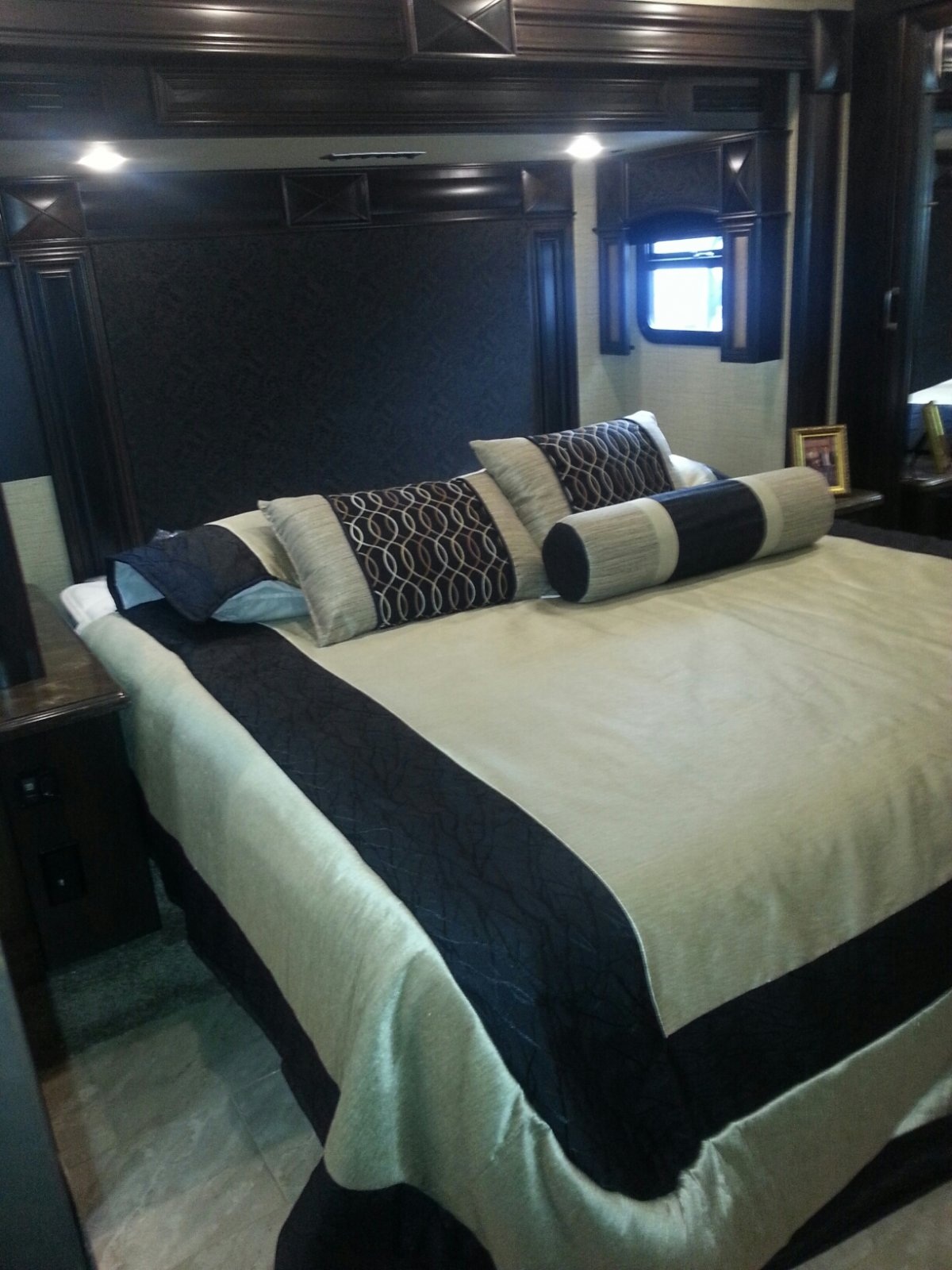Click image for larger version  Name:2015 American Coach Revolution 39A - Bed.jpg Views:120 Size:238.1 KB ID:73867